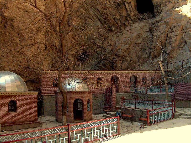 «Владельцьı пещерьı» — «The owners of the cave»
